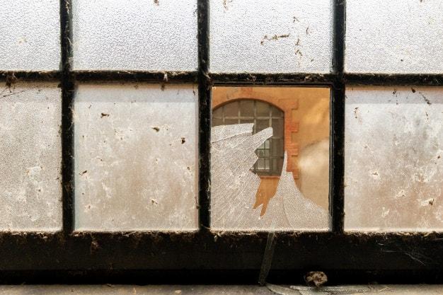 vendo-uma-janela-atraves-de-um-vidro-quebrado